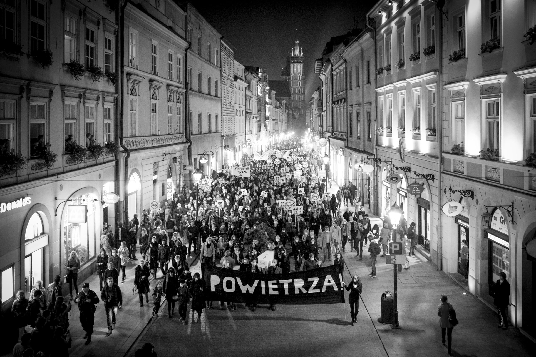 Powietrza! Antysmogowy Marsz Żałobny. Zdjęcia z marszu autorstwa Kamila A. Krajewskiego (studioluma.pl).